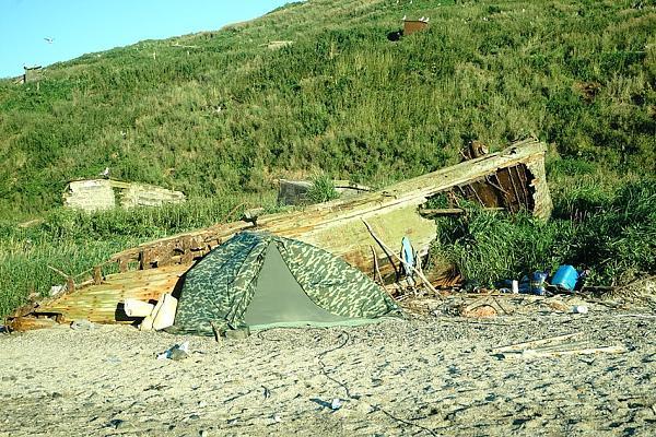 Общий вид нашего лагеря с установленной палаткой. День последний, солнечный.