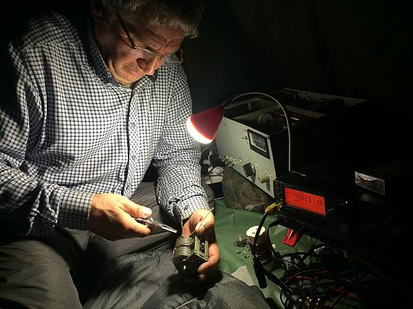 Владимир занимается ремонтом усилителя мощности.