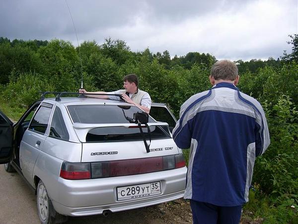 Алексей RA1QY устанавливает автомобильную антенну на 20-ти метровый диапазон на крыше собственного автомобиля.