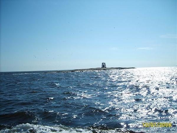 о. Баклан совсем близко и чем-то напоминает атомную подводную лодку.