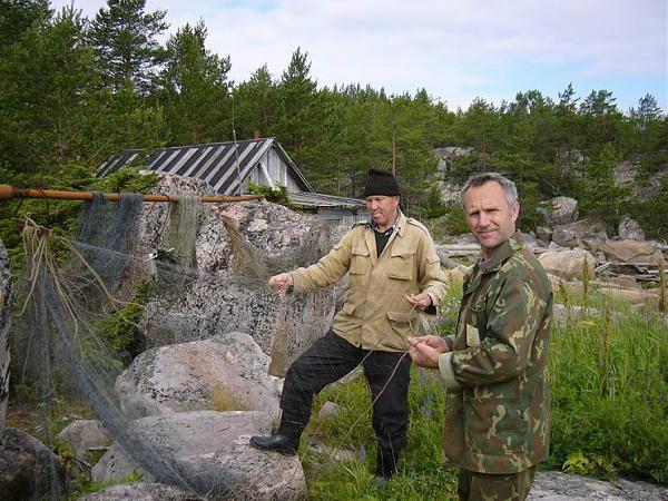Слева старпом Владимир Болдырев, справа капитан Евгений Чашин.