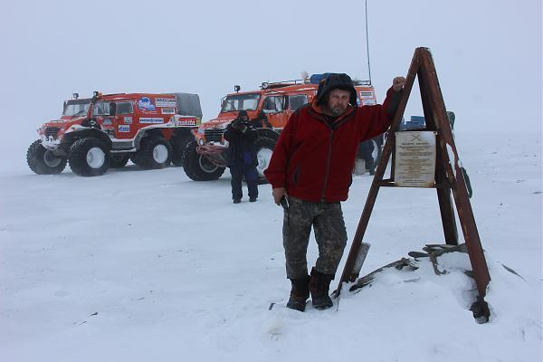 Валерий Нестеров у мемориального знака на острове Колчака