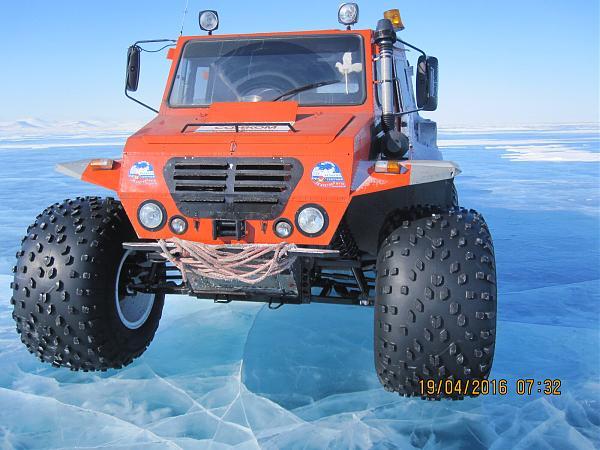 Вездеход на льду Северного Ледовитого Океана