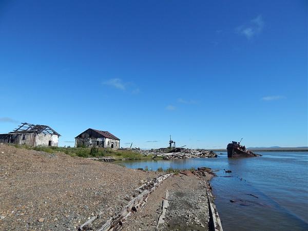 Затопленные баржи и пароход