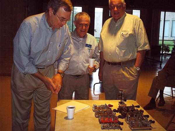 Ранди Коул KN6W (слева) представляет образцы телеграфных ключей Vibroplex