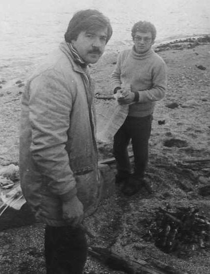 Подготовка к шашлыку на берегу океана. Слева направо: UY5XE и UW3AA.