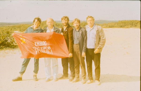 С флагом экспедиции EK0AC: (слева направо) Игорь Пастухов UA9ONW, Геннадий Могилевкин UA0FAI (сейчас R7CD), Юрий Заруба UA9OBA, Cергей Чепкасов UV9YY (ex UA9YIM, сейчас RZ9YW), член экипажа вертолета МИ-8 (?)
