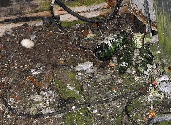 На вершине о.Ионы: бутылка из-под советского шампанского с памятной запиской внутри