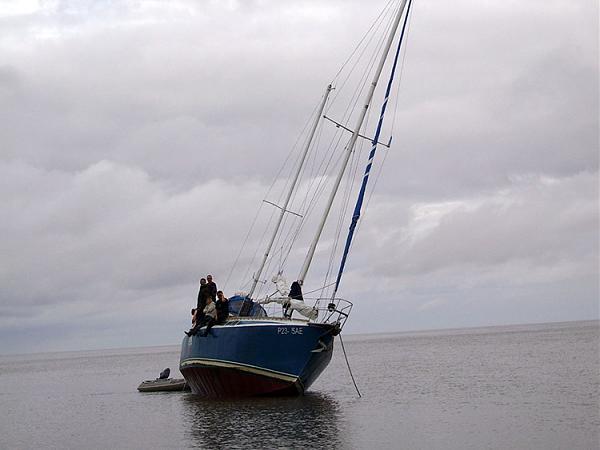 """Команда яхты """"Возвращение"""" ждет прилива"""