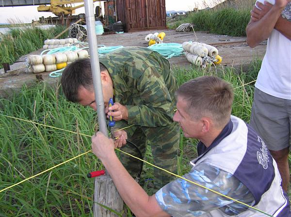 Николай UA7C и Юрий RA0FU монтируют антенну GP в Долинском районе