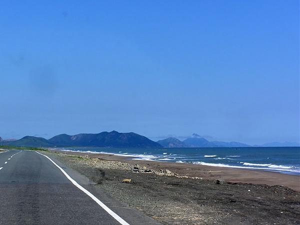 Дорога и Охотское море недалеко от г. Поронайск