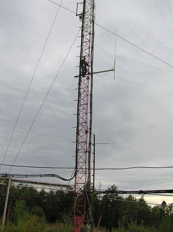 Василий R7AA монтирует антенну DIPOLE на мачте