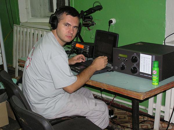 Николай UA7C на радиостанции RT6A/0  в Тымовском районе