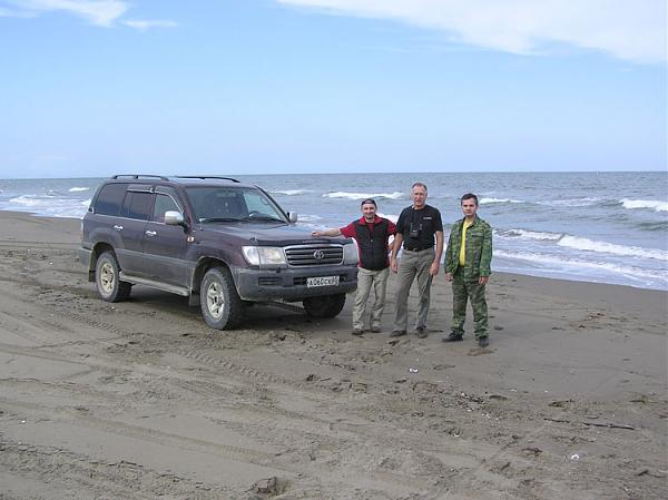 Охотское море и мы (слева – направо Владимир RV1CC, Василий R7AA, Николай UA7C)