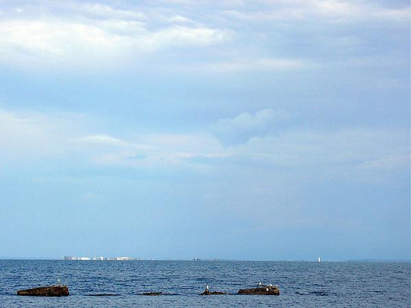 Российская земля недалеко, справа видно маяк створный Чушкинский передний