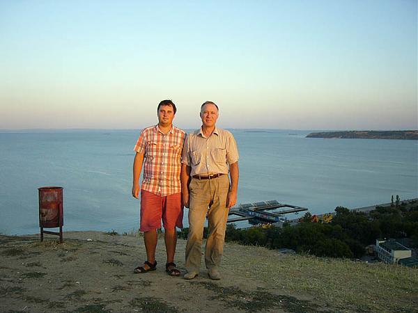 На горе Митридат, Андрей UU4JMG (слева), R7AA Василий, правее о. Коса Тузла