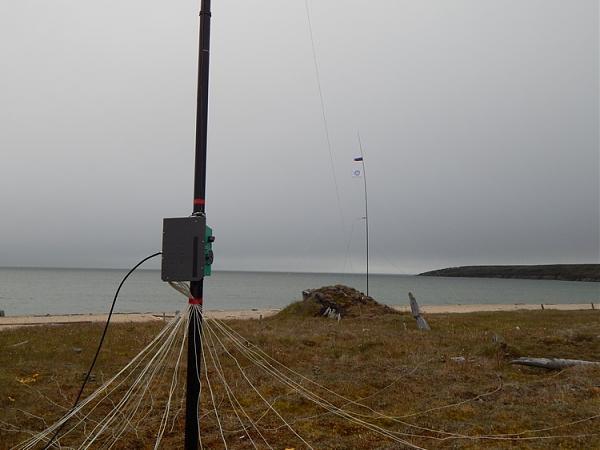 GP 40/30/20/17m.+ 48 радиалов, на заднем плане вертикальный диполь на 30м.