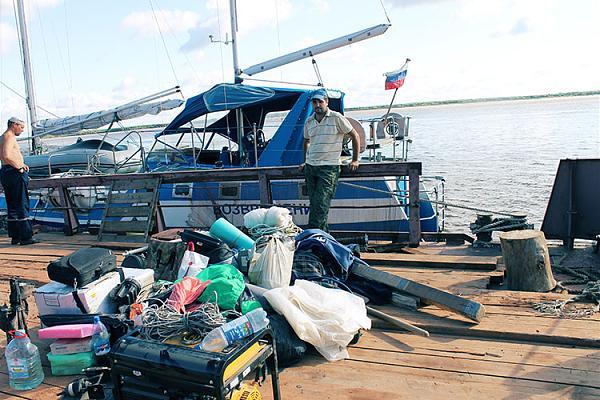 """Оборудование команды перед погрузкой на яхту """"Возвращение"""""""