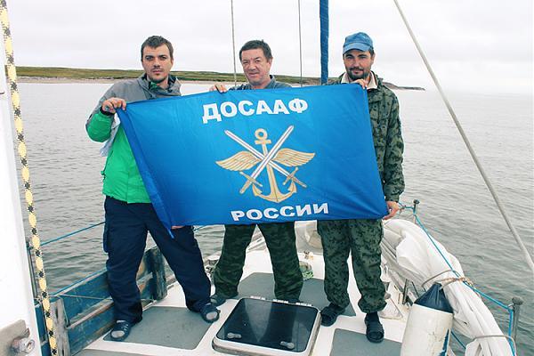Василий R7AL, Василий R6AL, Анатолий R7CQ с флагом ДОСААФ