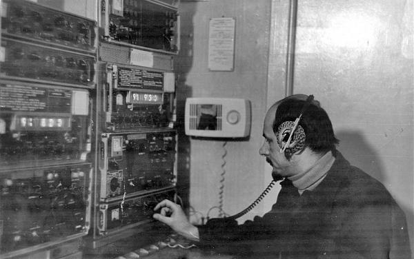 Антарктида. Александр на дежурстве у радиостанции
