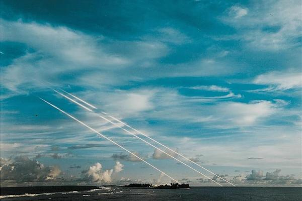 Ионизированные следы от упавших боевых частей ракеты MinutemanIII