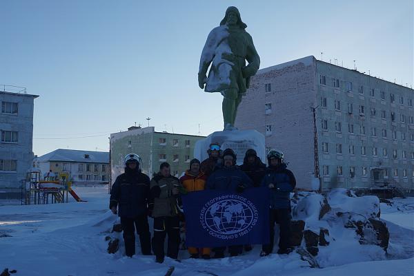 участники экспедиции около памятника Никифору Бегичеву, Диксон