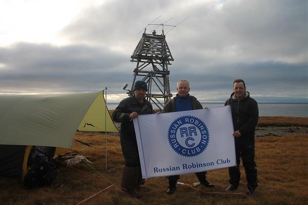 фото команды из экспедиции RT65KI с флагом RRC