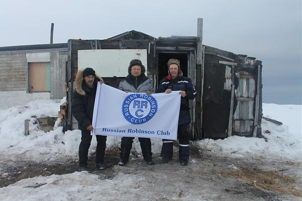 Фото команды из экспедиции с флагом RRC