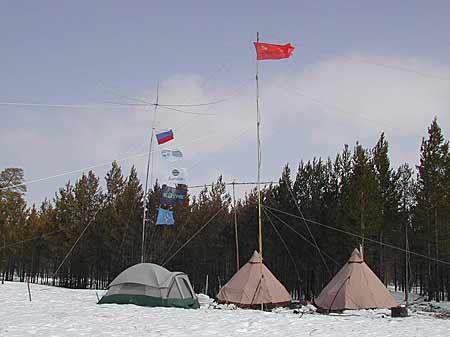 фото 2-х палаток с флагами