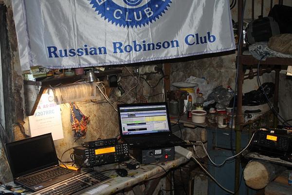 фото аппаратуры в зимовье с флагом RRC