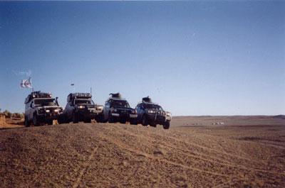 Джипы экспедиции перед стартом трофи-рейда по пустыне Гоби