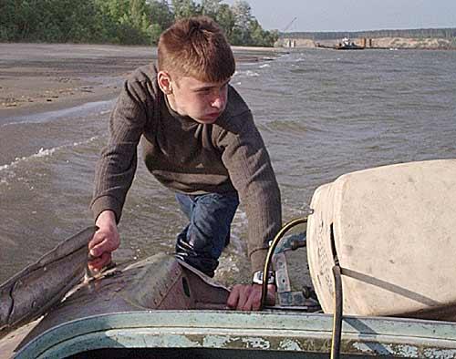 Стас RA9OCO толкает лодку...