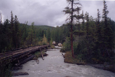 Брод через горную реку в Горном Алтае
