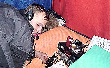 Дмитрий RA9OBX в импровизированном шеке