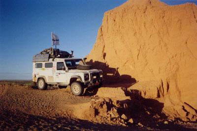 Джип 4х4 Land Rover (Defence) в пылающих песках Гоби