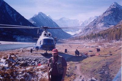 На горную метеостанцию к подножию Белухи участников экспедиции доставили на вертолете МИ-8
