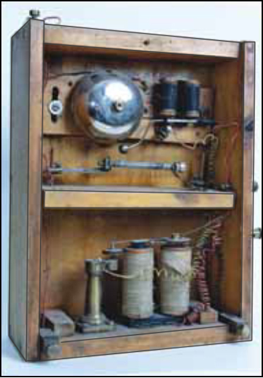 """Рис.12 """"Прибор для наблюдения и регистрирования электрических колебаний"""", разработанный А.С.Поповым, изготовленный совместно с П.Н.Рыбкиным (один из первых экземпляров)."""