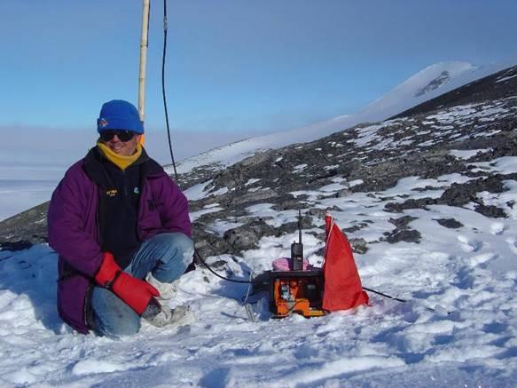 Фото 5 : Автор с VHF ретранслятором около вершины Patriot Hills