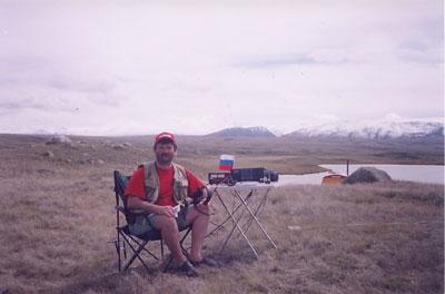 Ю.Заруба (UA9OBA) за радиостанцией на плато Укок. Кош-Агачский район (GA-02), Республика Алтай