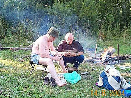 фото 5. UA9VV и RA9UGR чистят картошку.