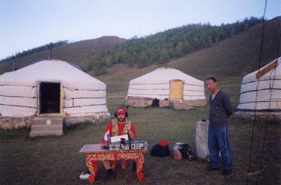 Работа в эфире JT100M велась в автономных условиях юрточного лагеря (Монгольский Алтай)