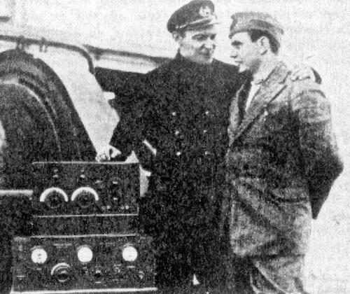 """И. Экштейн и Дж. Биаджи на борту """"Красина"""" у радиостанции экспедиции, июль 1928 г."""