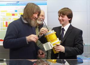 Федор Конюхов с разработчиками ярославского аварийно-спасательного радиооборудования.