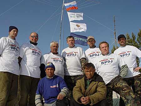 Общее фото: задний ряд (слева направо): Олег Краснухин RA9JM, Виталий