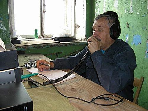 Николай (RV1AQ) в своем «шеке», это старое техническое здание.