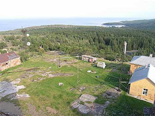Вид с маяка. 12-ти метровый телескоп с траверсой 11м (на 20 м) кажется игрушкой.