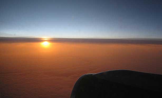 По пути следования из Рейкьявика в Стокгольм. Редкое оптическое явление. Солнце под горизонтом.