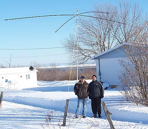 Игорь VE3ZF и Алекс VE3KF на фоне установленной антенны Spider beam