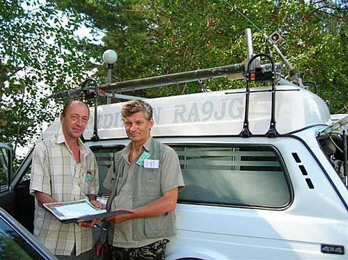 RA9JG приехал на радиоавтомобиле. Слева RN9HM