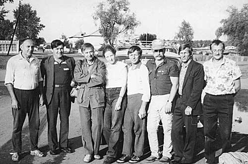 В гостях у UA9HG, слева направо: Анатолий Горлов (UA9HG), Александр Вайдуров (UA9UED), Геннадий Ясков (RW9YE), эсперантистка из Усть-Каменогорска, Виктор Молчанов (UA9YHA), Виктор Васильев (UA9YHJ), Анатолий Жуков (UA9UNK), Александр (сын UA9HG)